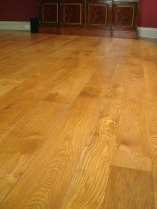 Solid English Character Oak over Underfloor Heating. Mild Antique stain and Hardwax Oil finish. Pictures taken one year - Photo 14 of 18